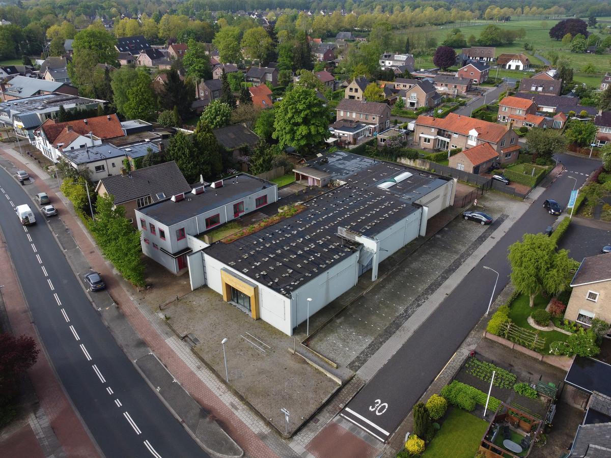 Het oude Welkoop-pand en de naastgelegen appartementen aan de Stationsweg gaan tegen de grond om plaats te maken voor een supermarkt met parkeergarage, is het plan.