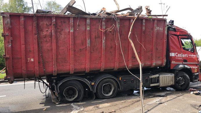 Pas na enkele uren kon de vrachtwagen terug worden rechtgezet.
