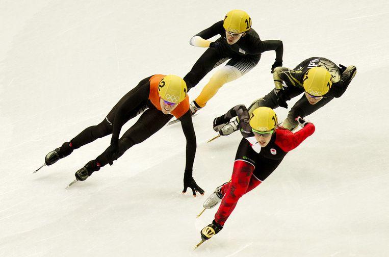 orien ter Mors (L) in actie tijdens de kwartfinales op de 1000 meter in de Iceberg Skating Palace tijdens de Olympische Winterspelen Beeld ANP