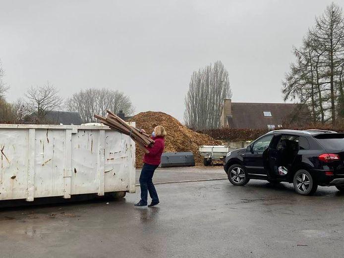 In Lennik werd een container geplaatst waar inwoners deze week hun papier kunnen deponeren.