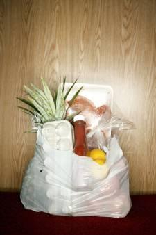 Vrouw neemt tas met boodschappen en cadeautjes mee; dacht dat ze bij Wagenings complex waren neergezet 'om te pakken'