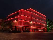 Domtoren en theater de KOM kleuren rood