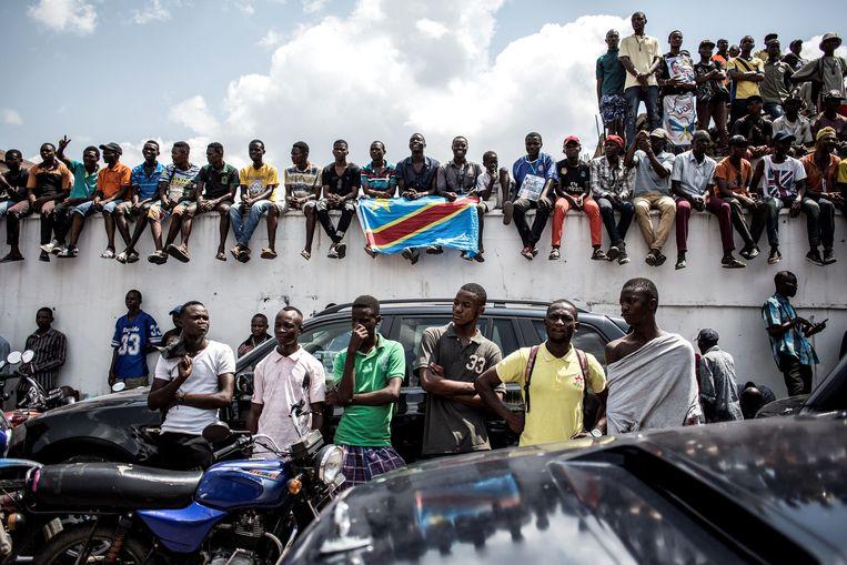 Aanhangers van de UDPS op straat voor het partijhoofdkwartier. Straks houdt presidentskandidaat Félix Tshisekedi een toespraak. Beeld AFP