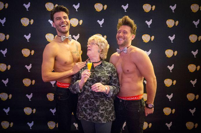 Bezoekers van de film Onze Jongens kunnen op de foto met twee sexy mannen op Ladies Night in Pathé.