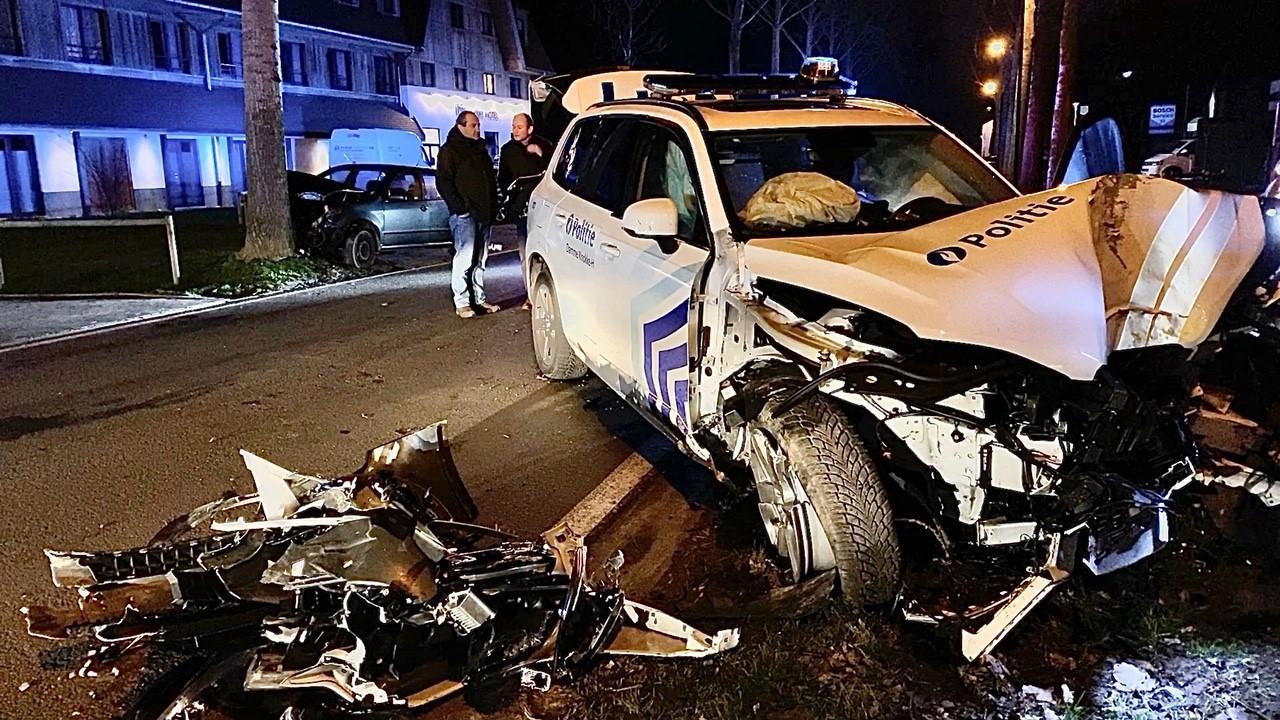 De politiewagen kwam tegen een boom tot stilstand langs de Kalvekeetdijk.
