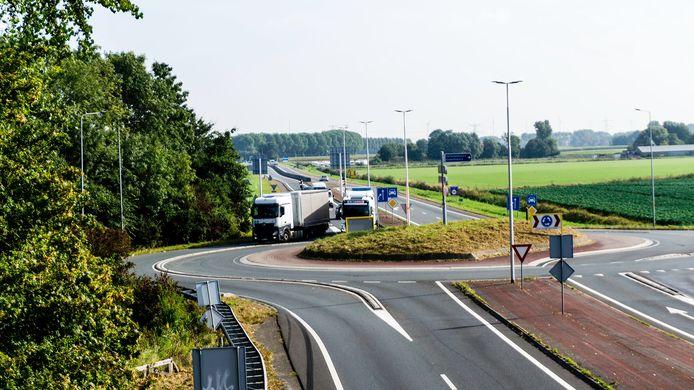 Deze rotonde van de N57/Nieuweweg wordt ongelijkvloers. Dat betekent dus dat er straks sneller kan worden doorgereden.