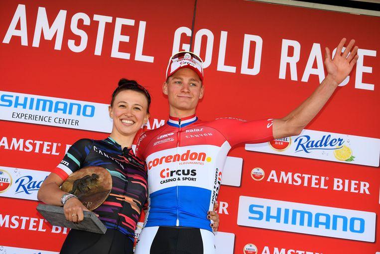 De Poolse Katarzyna Niewiadoma, winnaar bij de vrouwen, en Mathieu Van der Poel op het podium van de Amstel Gold Race. Beeld BELGA