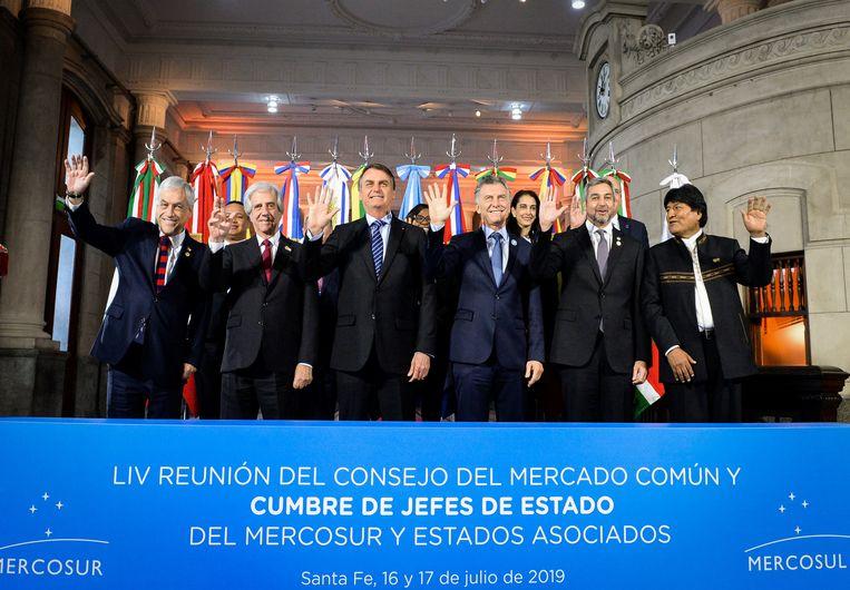 De presidenten van Chili (Sebastian Pinera), Uruguay (Tabare Vazquez), Brazilië (Jair Bolsonaro), Argentinië (Mauricio Macri), Paraguay (Mario Abdo Benitez) en Bolivië (Evo Morales) poseren voor een foto op de 54ste top van staatshoofden van Mercosur in Santa Fe, Argentinië, 17 juli. Beeld REUTERS