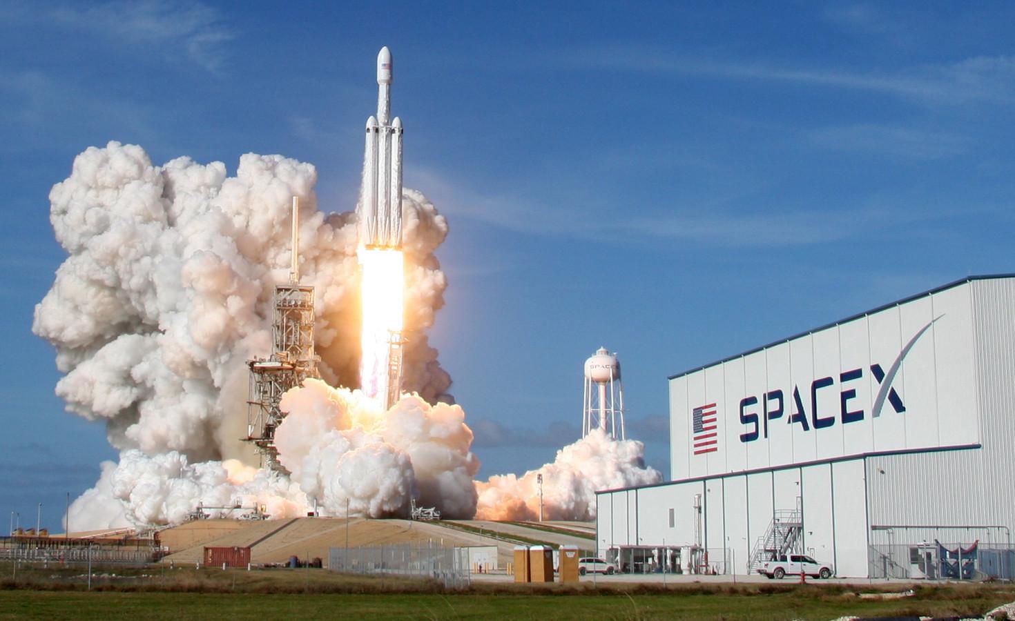 Vanop Cape Canaveral in Florida is gisteren om 21.45 uur Belgische tijd met succes voor het eerst de onbemande Falcon Heavy gelanceerd.