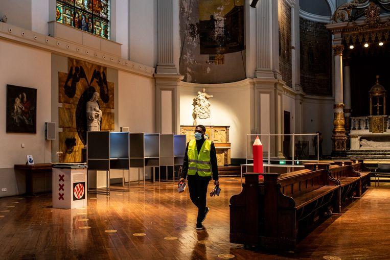 Het stemlokaal in kerkgebouw De Duif wordt coronaproof gemaakt. Beeld Nosh Neneh