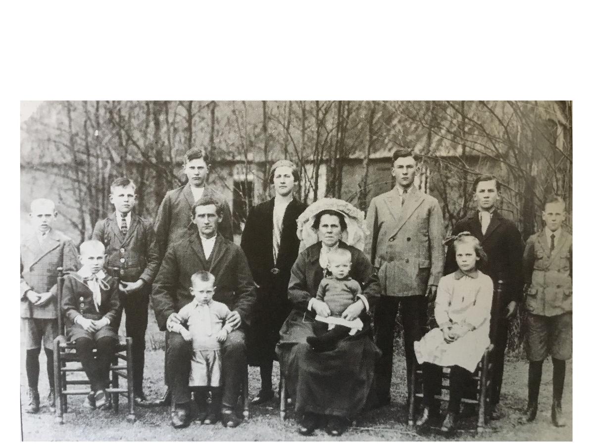 Het grote gezin van Toon van den Berg en Tonia van Erp uit Vinkel (11 kinderen): katholiek ideaalbeeld dat niet mocht worden verstoord.