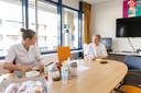 Tijd voor ontspanning: pauze in de personeelskamer. Zodra het eten en drinken op is, gaat het mondkapje weer op.
