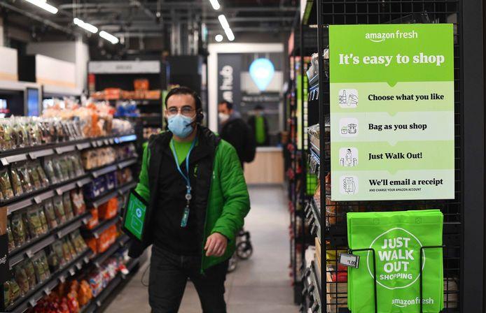 """Le magasin Amazon Fresh, dans le centre commercial d'Ealing Broadway, """"est le premier magasin de proximité au Royaume-Uni à permettre de faire ses courses puis directement de sortir"""", sans passer par une caisse. """"C'est aussi le premier magasin physique d'Amazon hors des Etats-Unis"""", souligne un communiqué."""