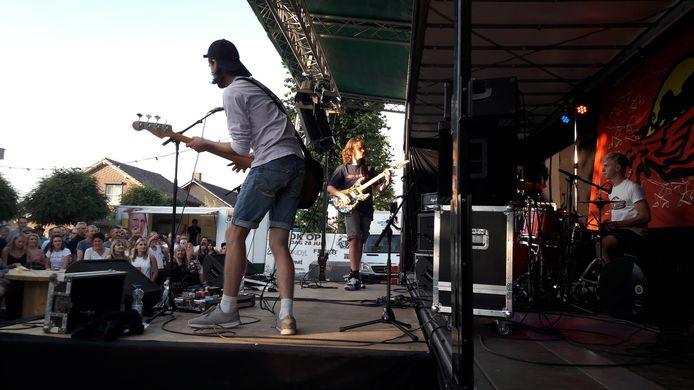 Optreden van de Wanroijse grungeband FreeB.
