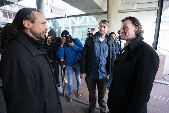 Viruswaarheid-voorman Willem Engel (L) en jurist Jeroen Pols (R) komen namens protestgroep Viruswaarheid aan bij het gerechtshof waar het hoger beroep over het opheffen van de avondklok dient.