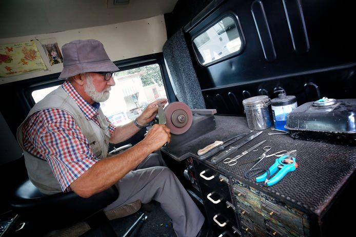 Scharensliep Karel Rosen aan het werk in zijn bus.