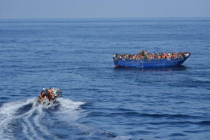Een reddingsboot op weg naar een houten boot vol migranten op volle zee. Archieffoto.