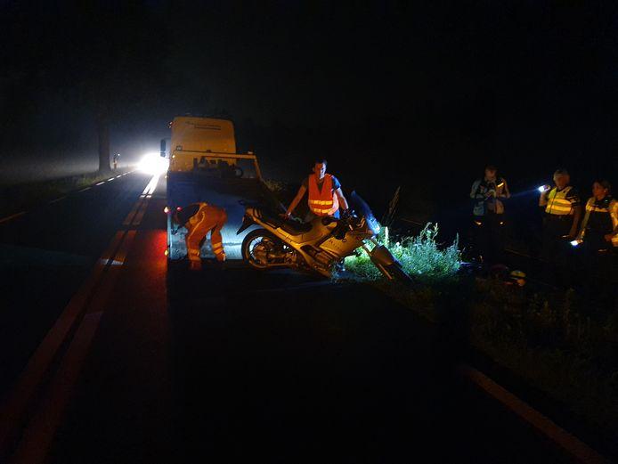 Op de N345 bij Klarenbeek is vrijdagavond een motorrijder aangereden. De automobilist waarmee hij in botsing kwam reed door van de plek van het ongeval.