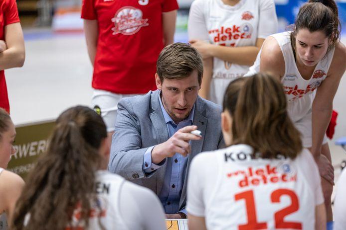 Coach Vincent van Sliedrecht spreekt de speelsters van Lekdetec.nl/Batouwe toe tijdens een time-out van het duel tegen Binnenland.