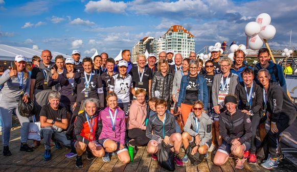 """De groep van Tria+ van AZ Nikolaas, na de Zwintriatlon in Knokke: """"Dit is zo onbeschrijflijk mooi."""""""
