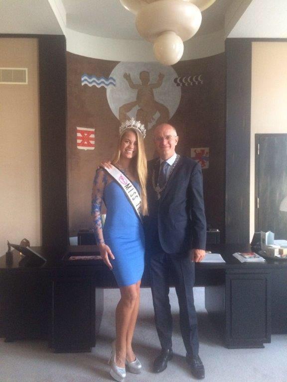 Lotte van der Zee met burgemeester Onno van Veldhuizen van Enschede. Het model overleed woensdagavond laat.