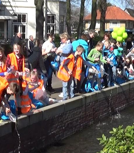 Honderden Apeldoornse kinderen wandelen voor water