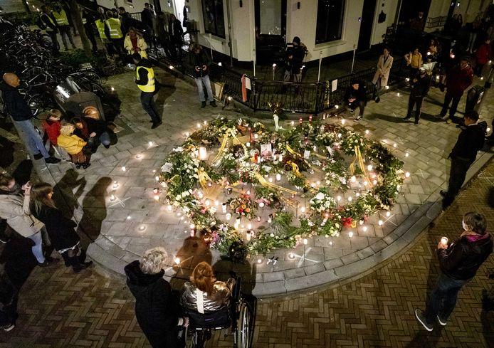 Belangstellenden tijdens de herdenking van Jan, die door zinloos geweld om het leven kwam. De 73-jarige man werd ernstig mishandeld door vijf jongeren in de Spijkerstraat in Arnhem.