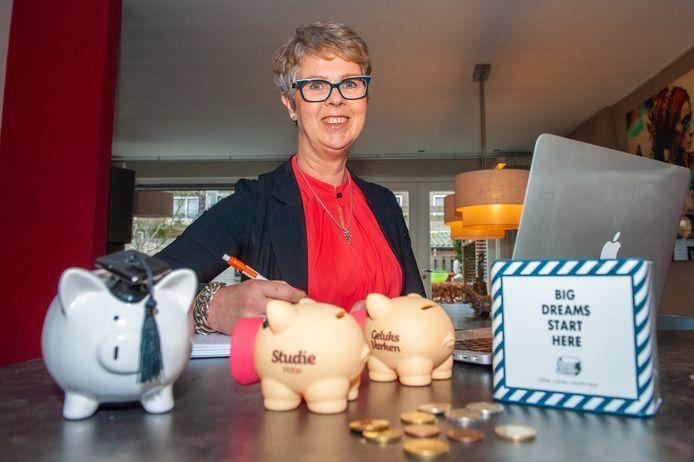 Budgetcoach Caroline Hertog (54) uit Waddinxveen.