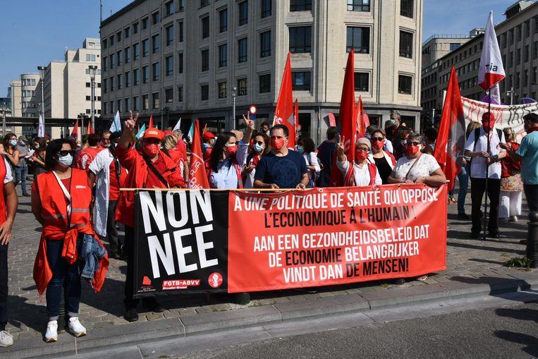 """De manifestanten willen dat er een einde komt aan de """"vercommercialisering van de zorg"""". Beeld Dieter Nijs"""