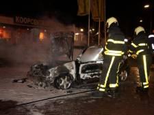 Auto in brand buiten 'verboden zone' in Veen