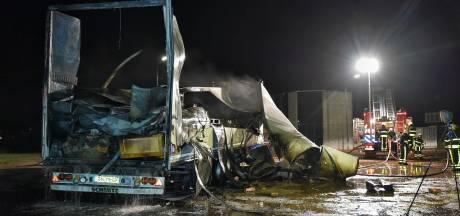 Felle brand verwoest vrachtwagen in Hilvarenbeek, ook meubels en kasten verloren