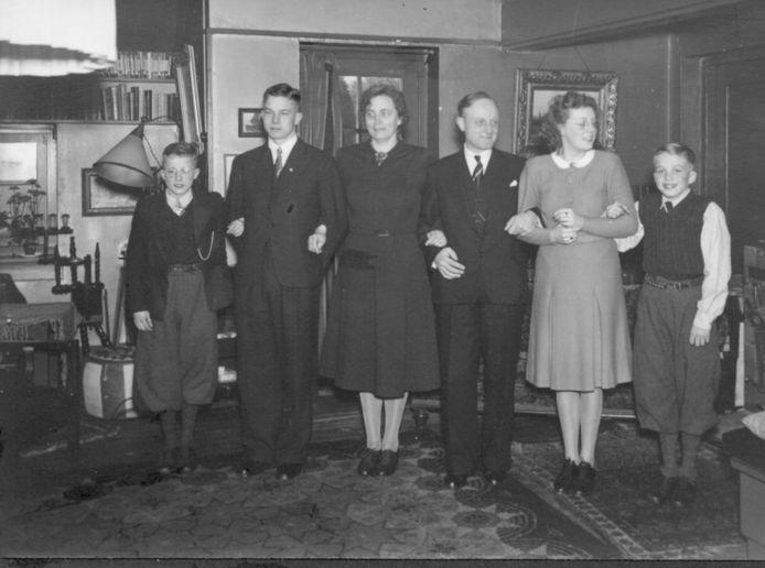 Foto van de familie IJzerman, met vanaf links: Peter, oudste zoon Bram, vader Piet en moeder Bep, dochter Marijke en Jan.