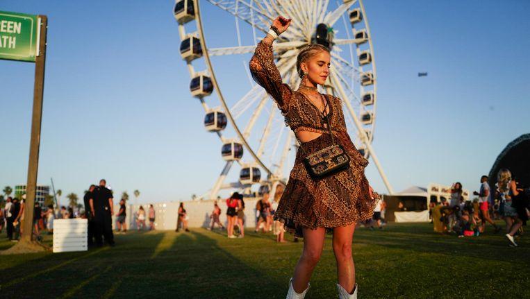 Poseren voor het gigantische reuzenrad, gekleed in de allerlaatste mode ¿ bij festival Coachella draait het om zien en gezien worden. Beeld getty