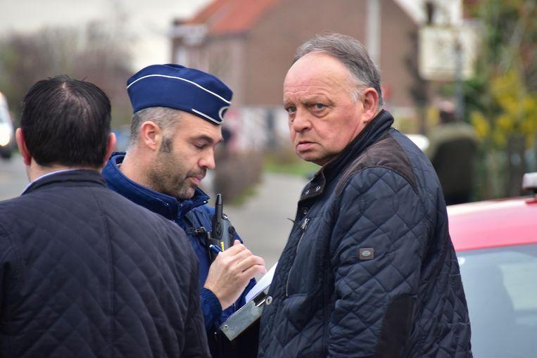 Marc Deketele, één van de kinderen van het bejaarde slachtoffer, in gesprek met de politie.