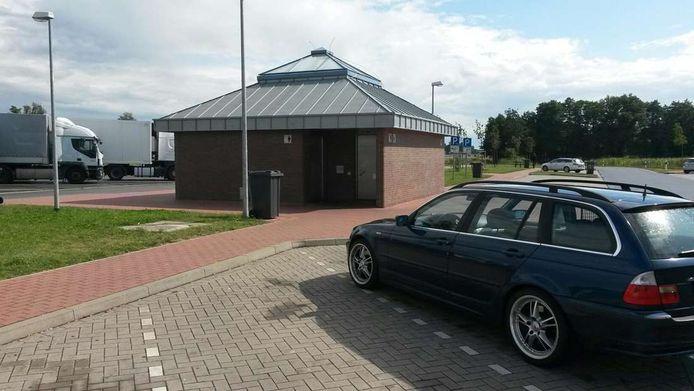 Een parkeerplaats langs de snelweg in Duitsland, foto ter illustratie.