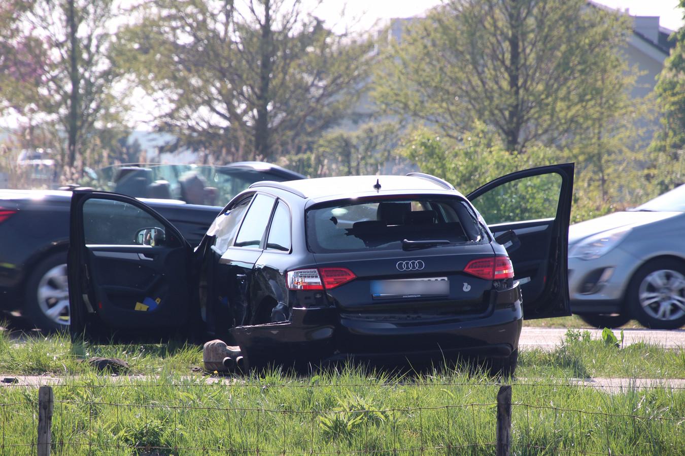 De voertuigen raakten zwaar beschadigd bij de botsing.