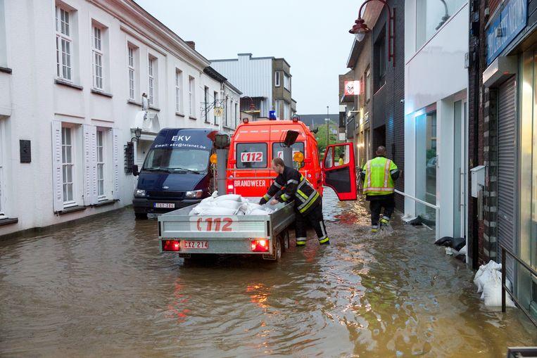 De laatste grote overstroming in Lichtervelde dateert van 28 juli 2014. Hier zien we brandweerlui aan de slag in de Neerstraat.