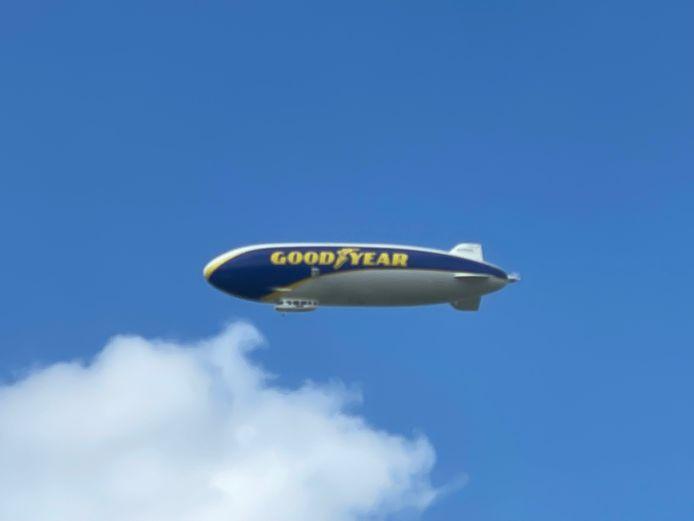 De zeppelin Goodyear Blimp vloog niet onopgemerkt over de Mandelstreek.