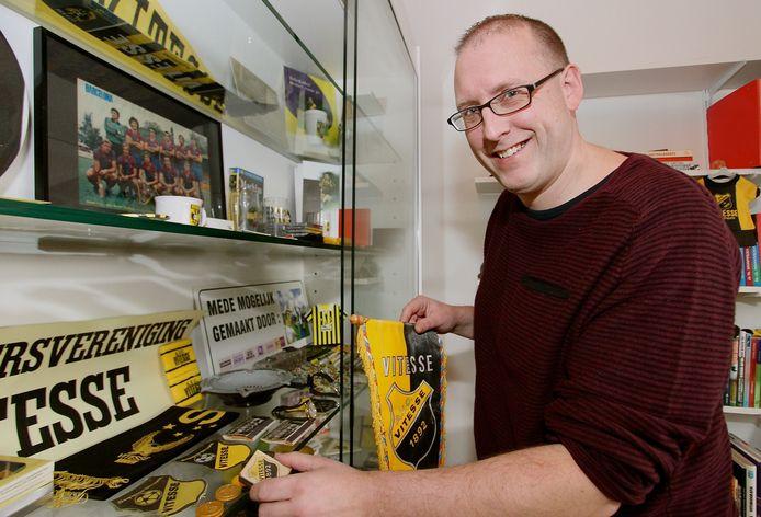 Ferry Reurink bij de verzameling Vitesse-memorabilia van zijn vader.