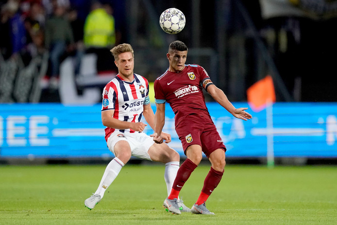 Jordens Peters in duel met Vitesse-aanvoerder Bryan Linssen.