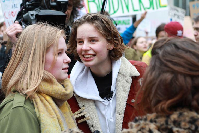 Kyra Gantois en Anuna De Wever tijdens een klimaatmars. Beeld BELGA