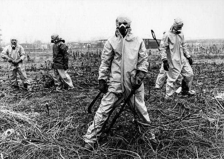 Schoonmakers in beschermende pakken proberen de omgeving van Seveso in Italië van gif te vrijwaren, na de ontploffing van de chemische fabriek van Hoffmann-LaRoche in juli 1976. Beeld Getty