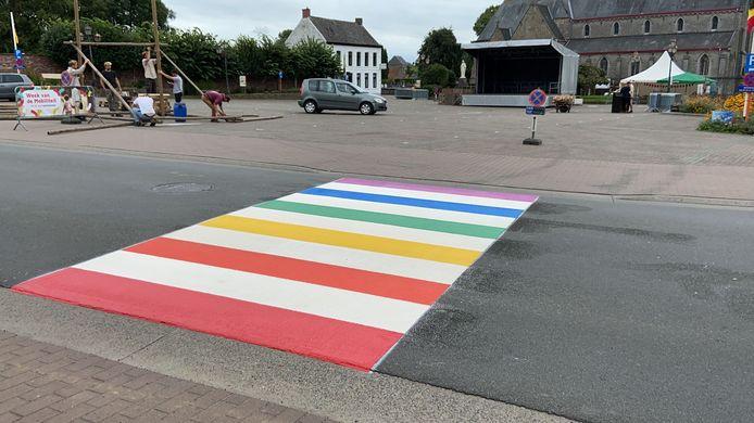 Regenboogzebrapad aan Kerkplein Scheldewindeke