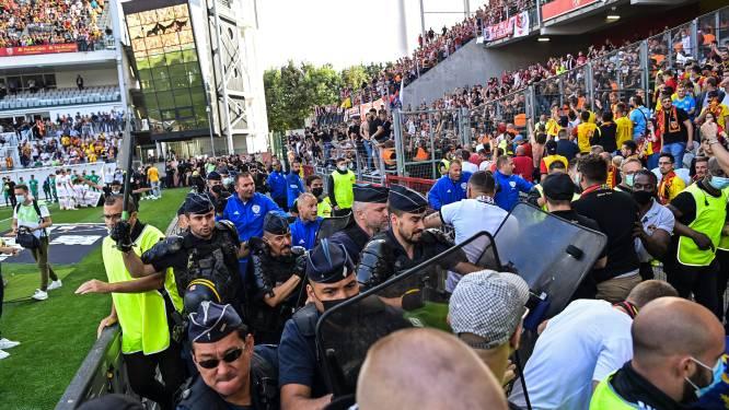 Weer hommeles in Frankrijk: Lens-fans bestormen veld en zoeken confrontatie op met supporters van Lille