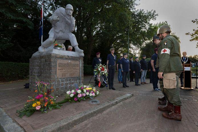 Bij de herdenking van de bevrijding in Son leggen leden van een re-enactmentgroep bloemen bij het monument aan de Europalaan.