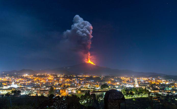 De Etna is sinds midden februari zeer actief. De meeste uitbarstingen vonden 's avonds en 's nachts plaats, zoals te zien op deze foto die woensdagavond werd gemaakt.