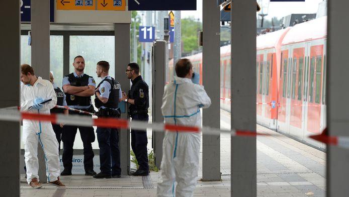 De politie doet onderzoek op het station.