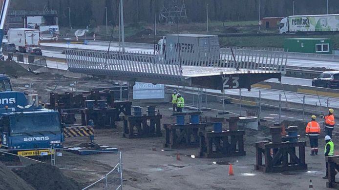 De fietsbrug wordt momenteel gemonteerd naast de snelweg.