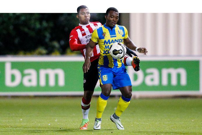 Moussa Sanoh in actie voor eerstedivisionist RKC  tegen zijn oude club Jong PSV in het seizoen 2016-2017.