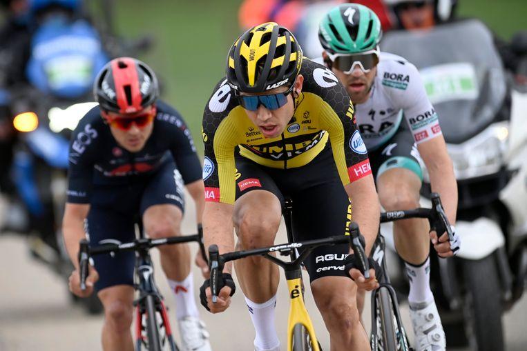 Wout van Aert, Tom Pidcock (l.) en Max Schachmann (r.) strijden om de zege in de Amstel. Beeld Photo News